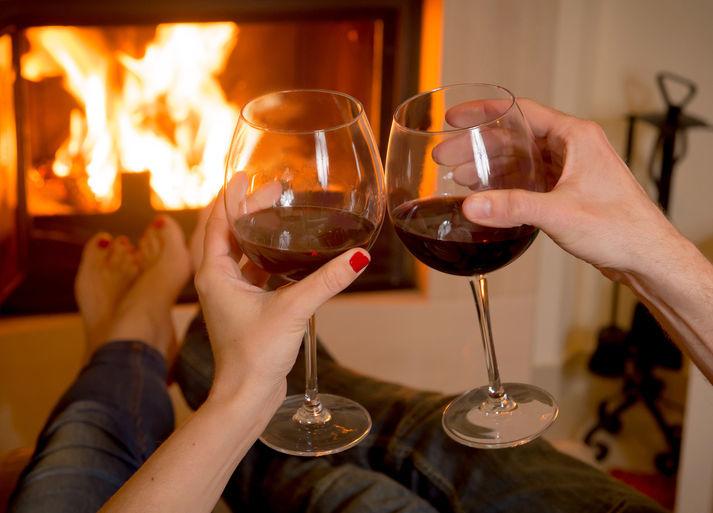 Pár sčíšemi vína před krbem