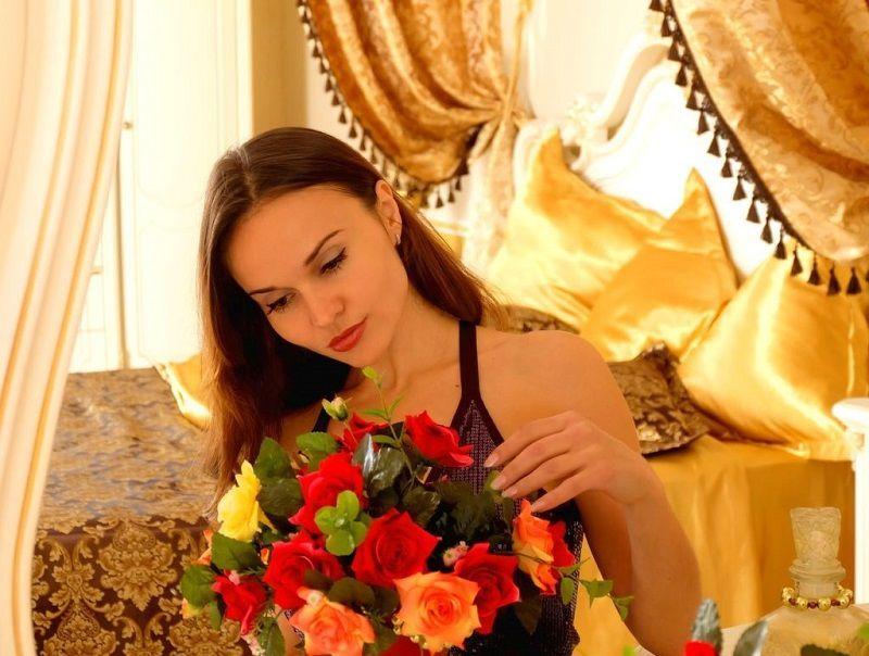 Žena v ložnici s kyticí