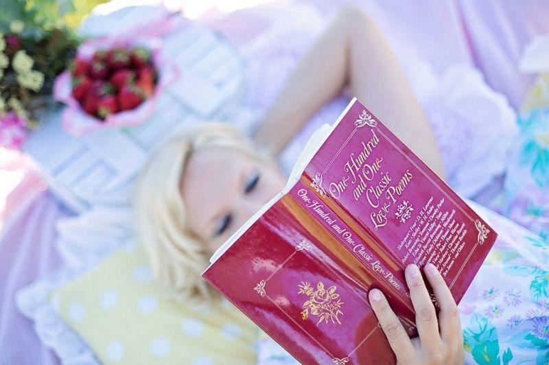 Žena čte knížku